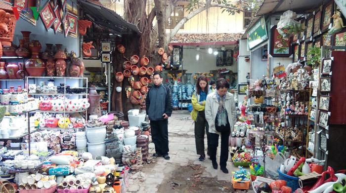Chợ gốm tại Bát Tràng