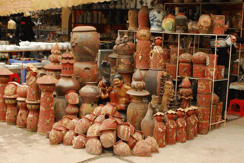 Các sản phẩm gốm được bầy bán ngay tại làng