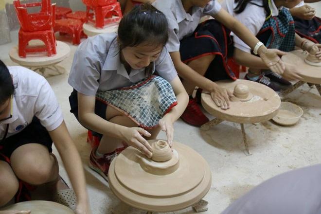 Các bạn học sinh đang tập nặn gốm