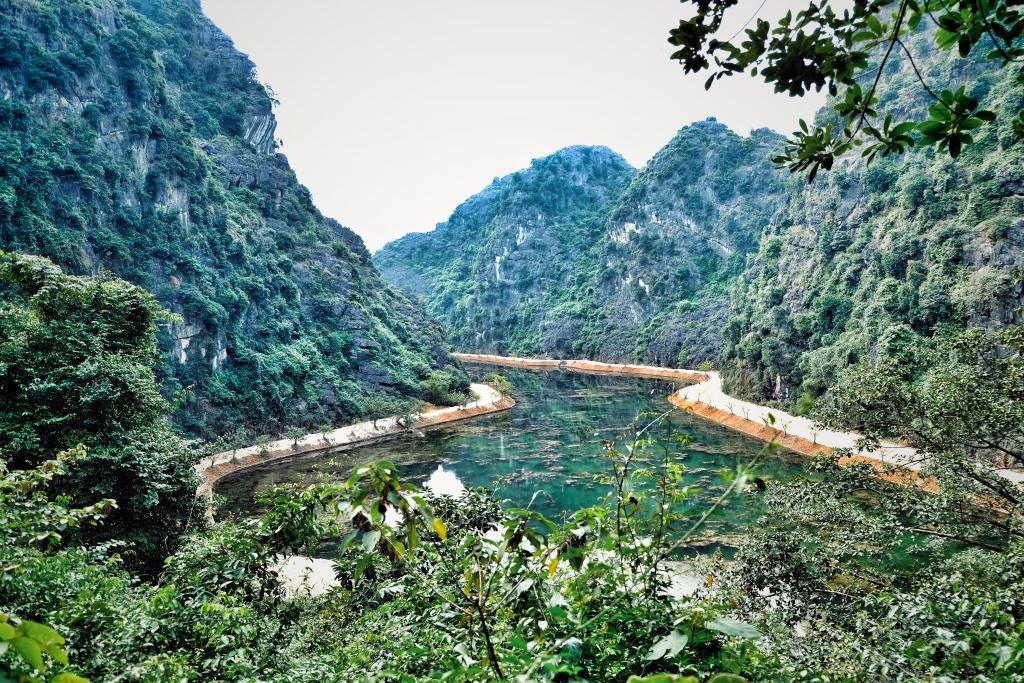 Động Am Tiên với cảnh đẹp sông núi
